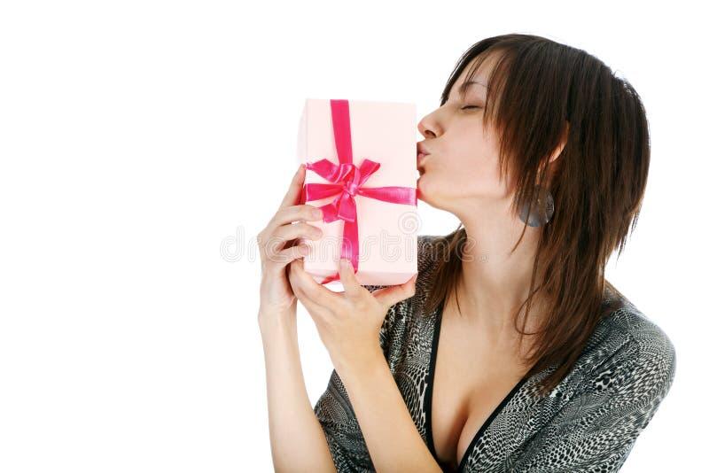Härlig kvinna med presenten arkivbilder
