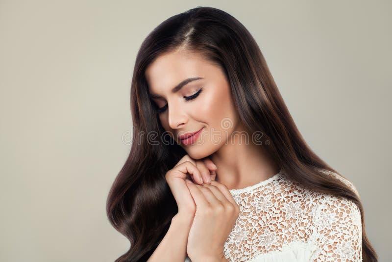Härlig kvinna med silkeslent hår bärande vita Lacy Cloth royaltyfri bild