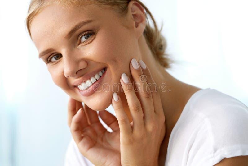 Härlig kvinna med skönhetframsidan, sunt vitt le för tänder royaltyfri foto