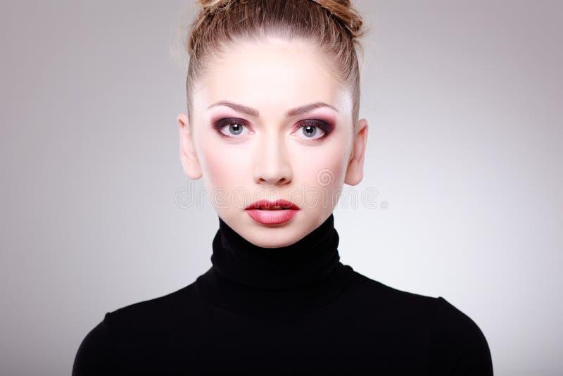 Härlig kvinna med slitage smink för perfekt hud fotografering för bildbyråer