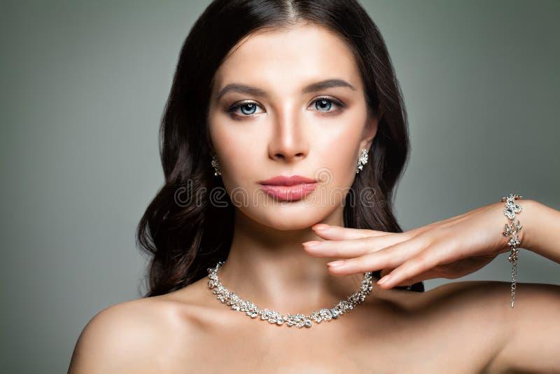 Härlig kvinna med smycken Diamond Necklace fotografering för bildbyråer