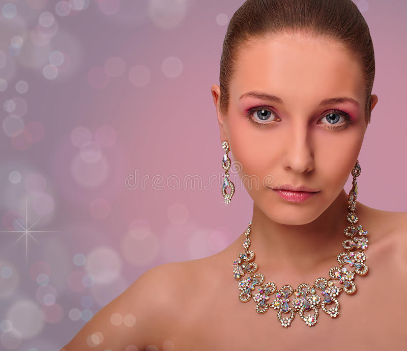 Härlig kvinna med smycken. Halsband. Örhängen. royaltyfri bild