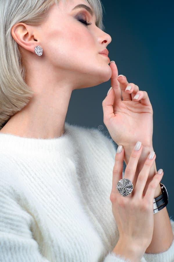 Härlig kvinna med smycken, närbild royaltyfri bild