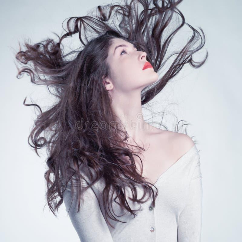 Härlig kvinna med storartat hår arkivfoton