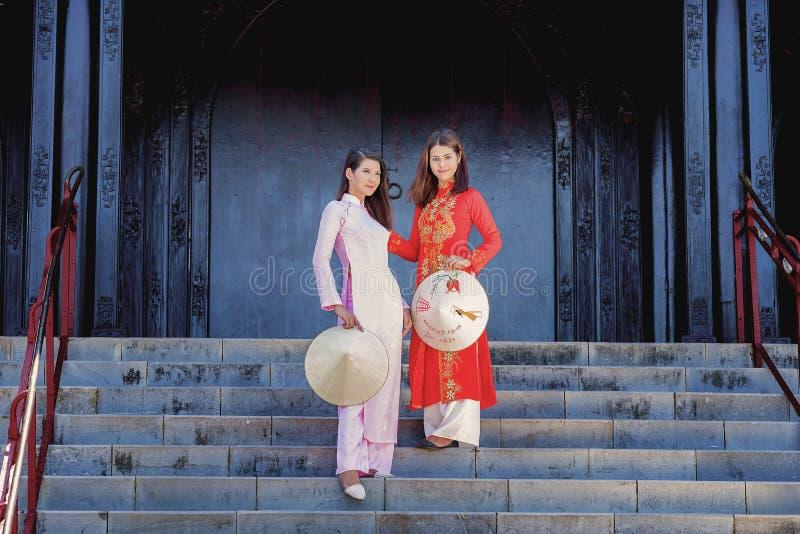 Härlig kvinna med traditionell Vietnam kultur royaltyfria foton