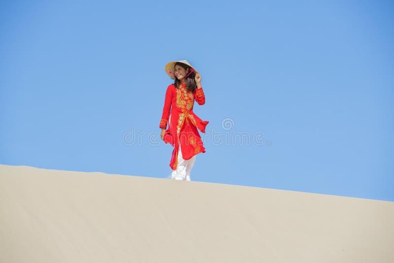 Härlig kvinna med traditionell Vietnam kultur royaltyfri foto