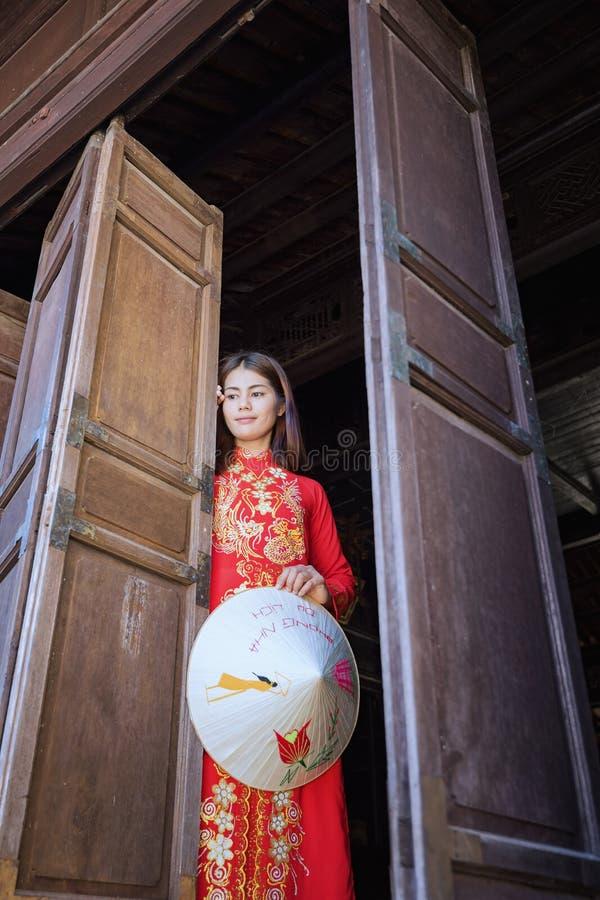 Härlig kvinna med traditionell Vietnam kultur royaltyfria bilder