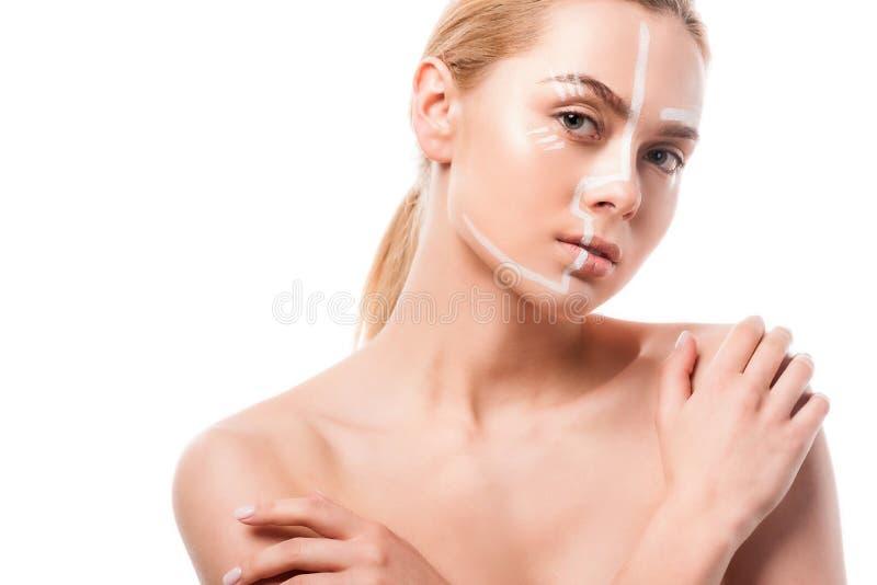 härlig kvinna med vita linjer på framsidan som trycker på skuldror arkivbild