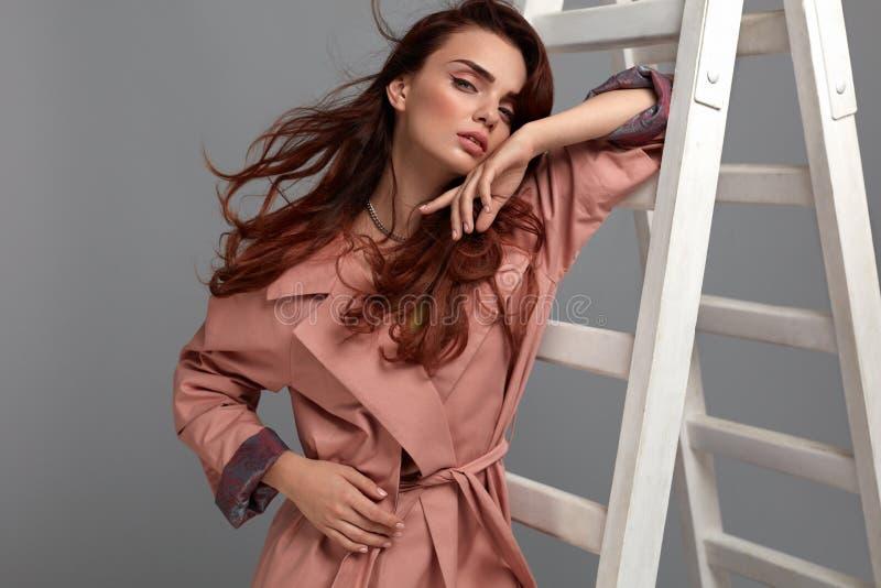 Härlig kvinna, modeflicka i trendig kläder i studio royaltyfri fotografi