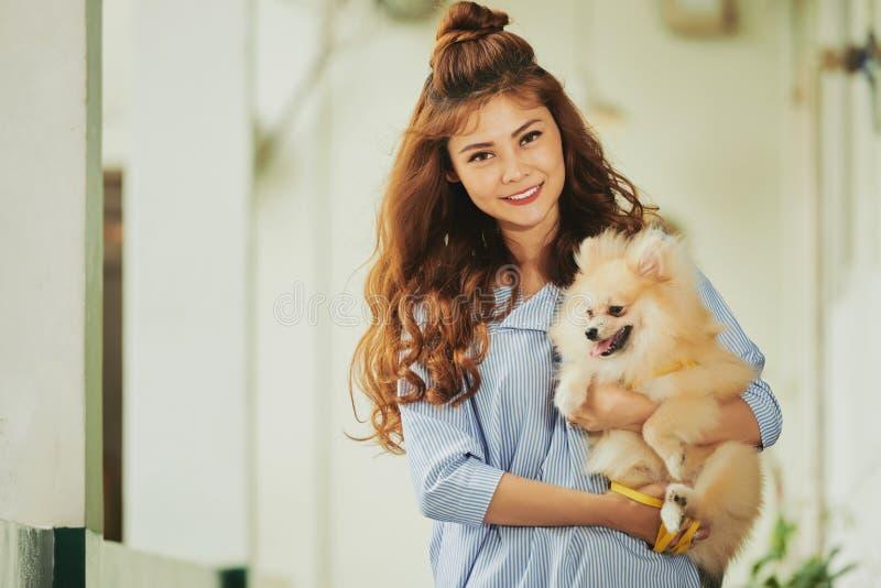 Härlig kvinna och en hund royaltyfria bilder