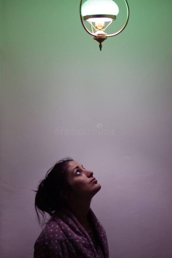 Härlig kvinna och en stor idé arkivfoto