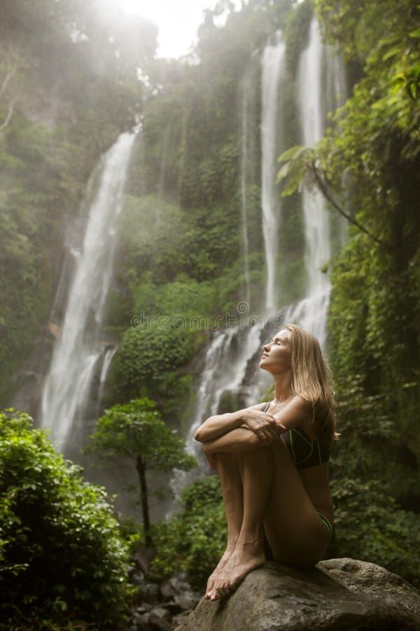 Härlig kvinna och vattenfall royaltyfria foton