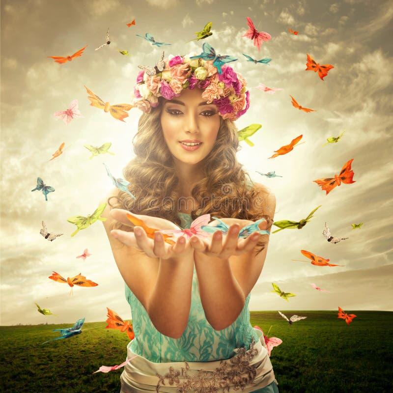 Härlig kvinna på ängen - många fjärilsSurrounds royaltyfria foton