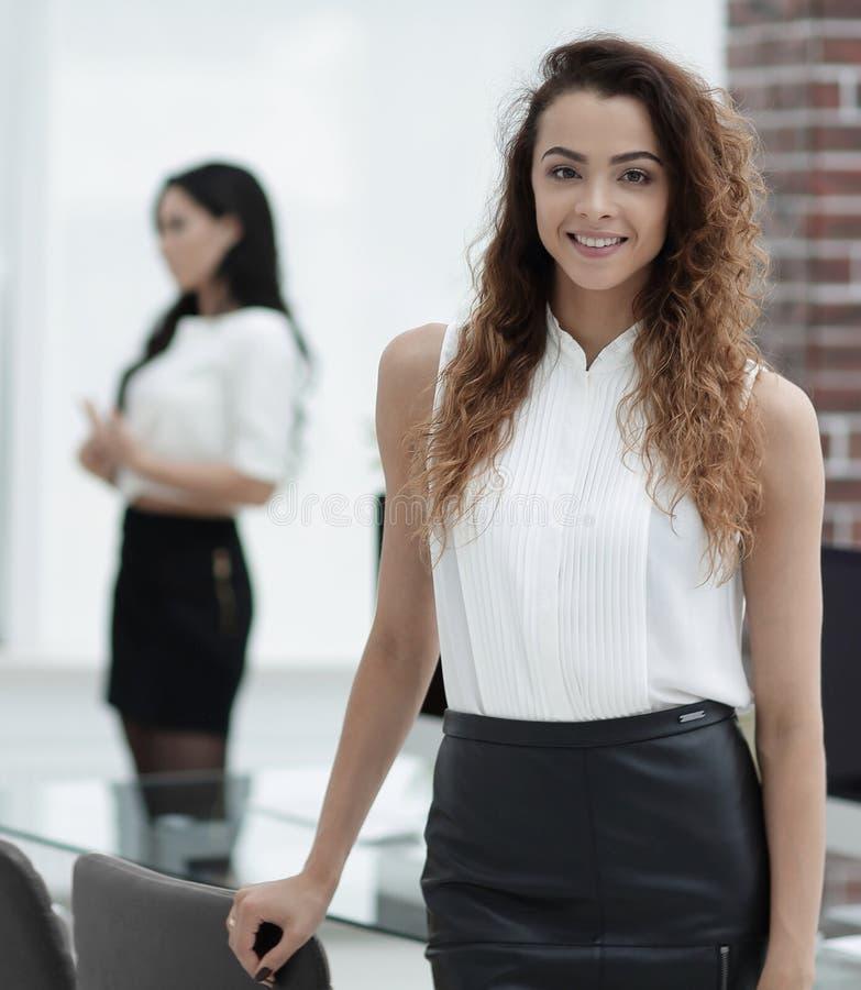 Härlig kvinna på bakgrunden av affärsfolk royaltyfri foto