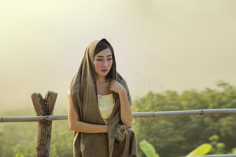 Härlig kvinna på berget royaltyfri fotografi