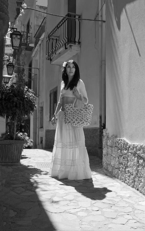 Härlig kvinna på den medeltida gatan av den italienska staden royaltyfri bild
