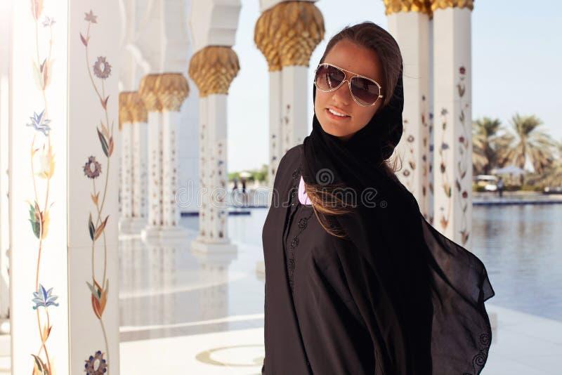 Härlig kvinna på den storslagna moskén i Abu Dhabi royaltyfri foto