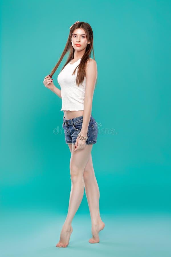 Härlig kvinna på en blå bakgrund royaltyfria foton