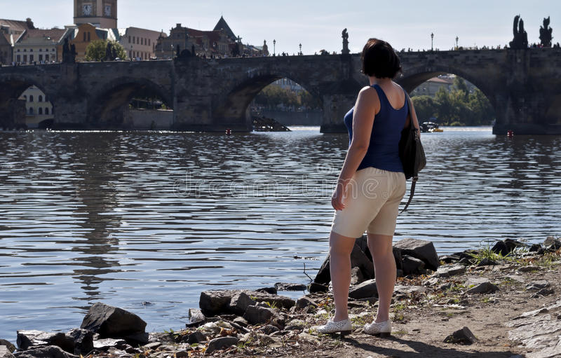 Härlig kvinna på gå fotografering för bildbyråer