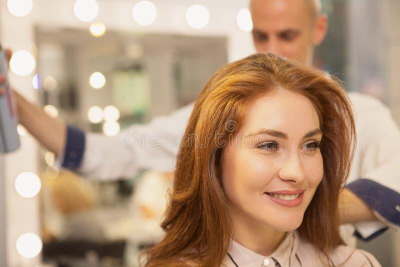 Härlig kvinna på hårskönhetsalongen fotografering för bildbyråer