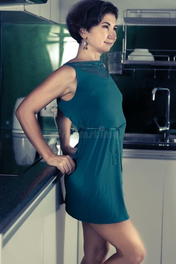 Härlig kvinna på köket royaltyfri foto