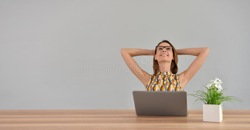 Härlig kvinna på kontorssträckning arkivfoton