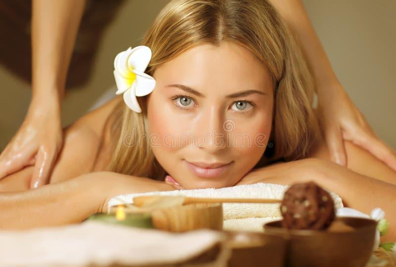 Härlig kvinna på massagetabellen royaltyfri foto