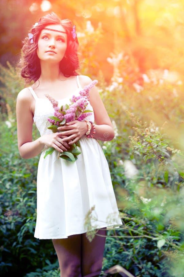 Härlig kvinna på naturen härligt för flicka barn utomhus enjoy royaltyfri fotografi