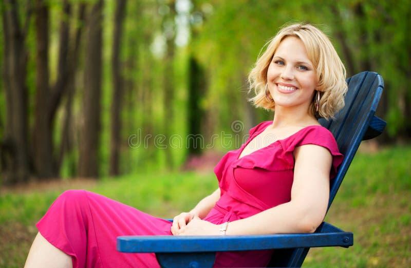 Härlig kvinna på parken fotografering för bildbyråer