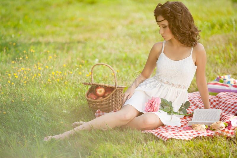 Härlig kvinna på picknick på naturen Härlig ung flicka Outdoo arkivfoton