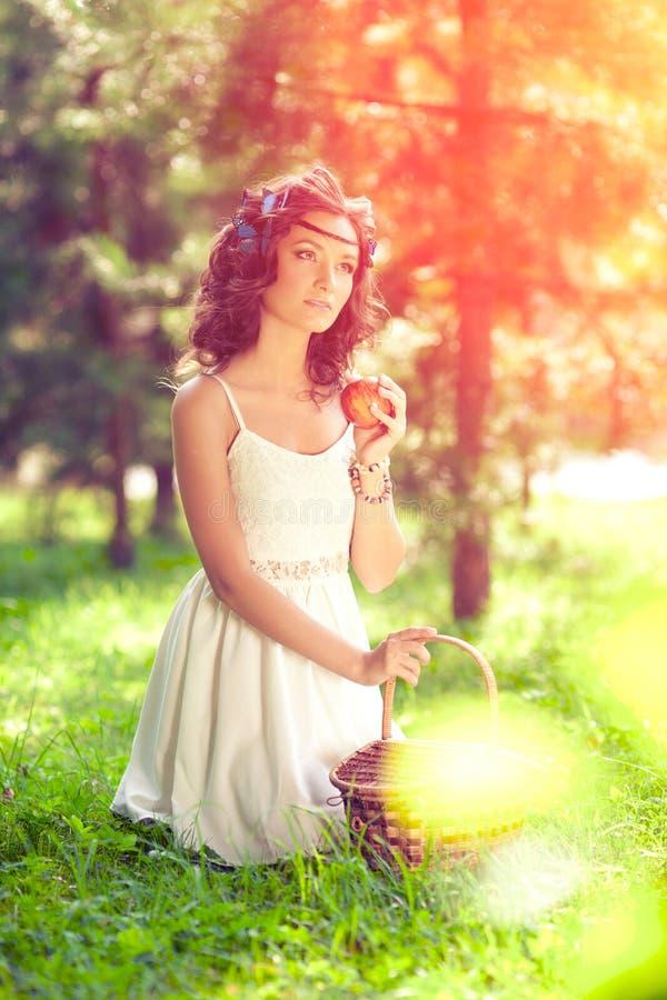 Härlig kvinna på picknick på naturen Härlig ung flicka Outdoo royaltyfri fotografi