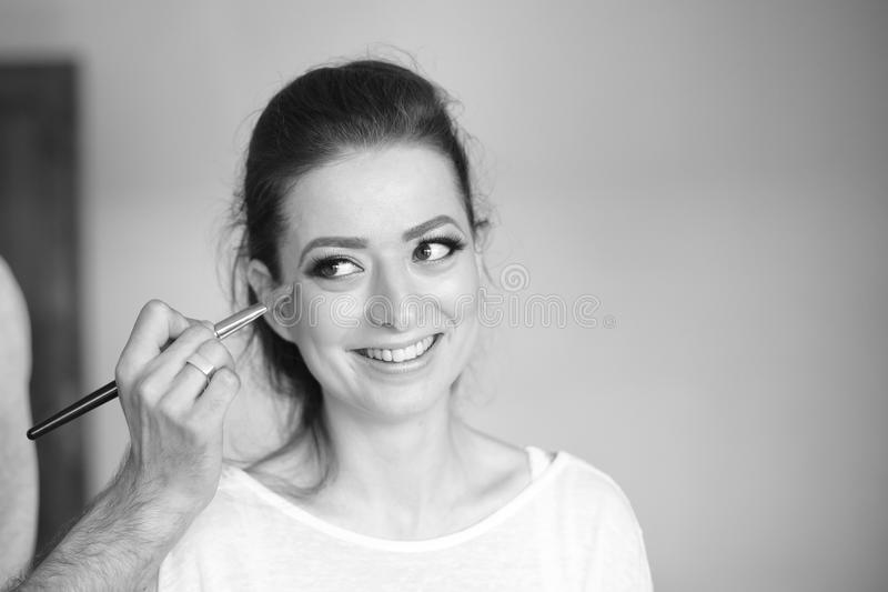 Härlig kvinna på sminkstudion fotografering för bildbyråer