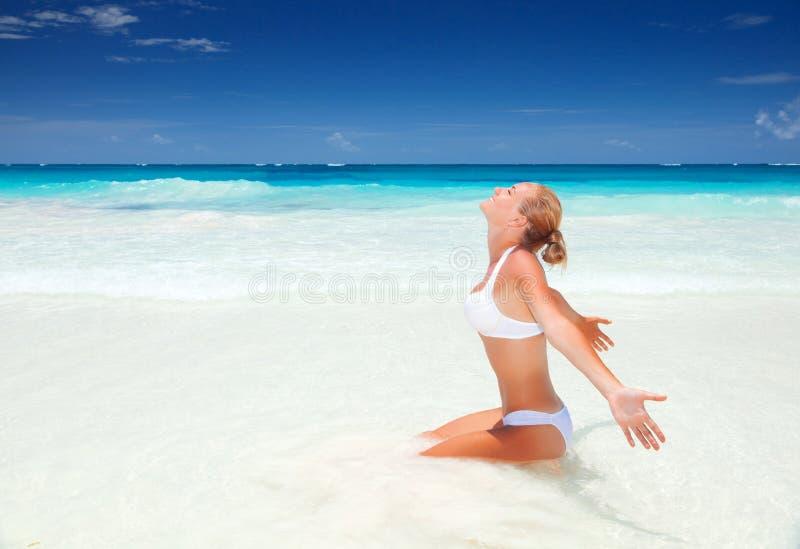 Härlig kvinna på stranden royaltyfria foton