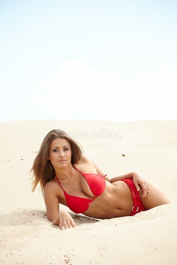 härlig kvinna på stranden royaltyfria bilder