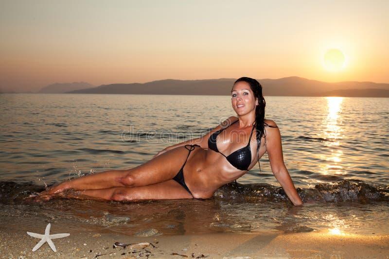 Härlig kvinna på stranden royaltyfri foto