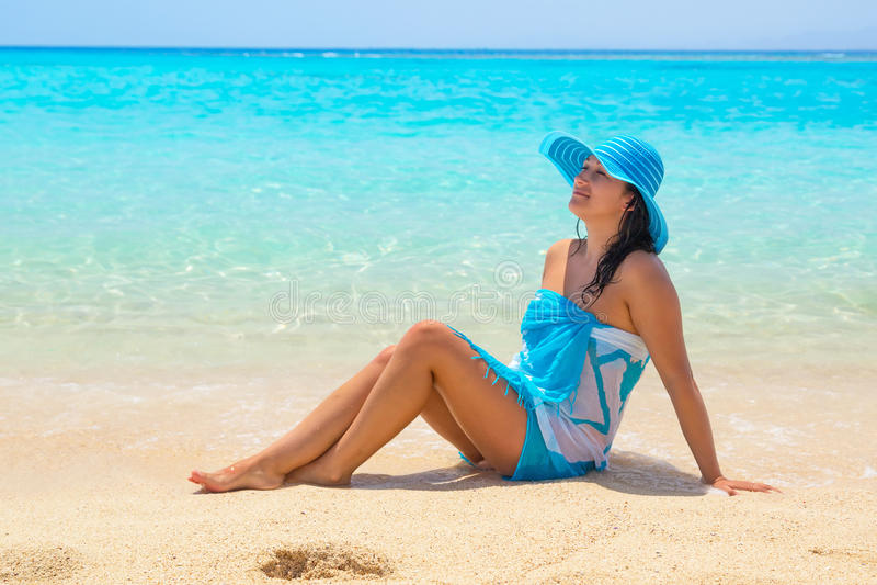 Härlig kvinna på stranden av den Mahmya ön arkivfoton
