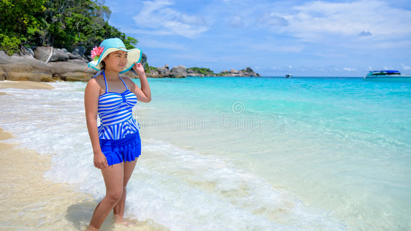 Härlig kvinna på stranden i Thailand arkivfoto