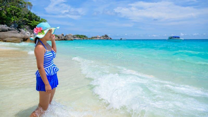 Härlig kvinna på stranden i Thailand royaltyfri fotografi