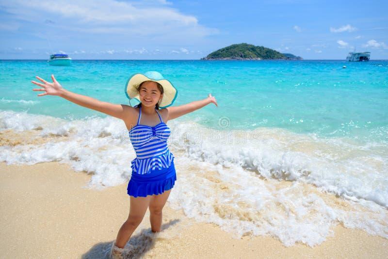 Härlig kvinna på stranden i Thailand royaltyfria bilder