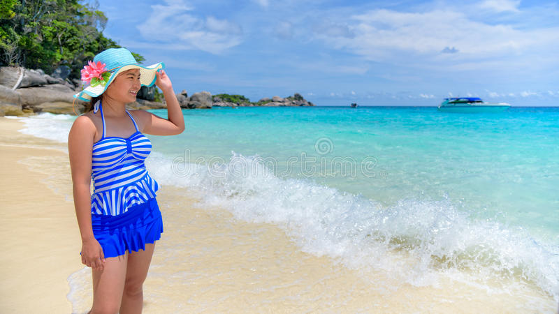 Härlig kvinna på stranden i Thailand fotografering för bildbyråer