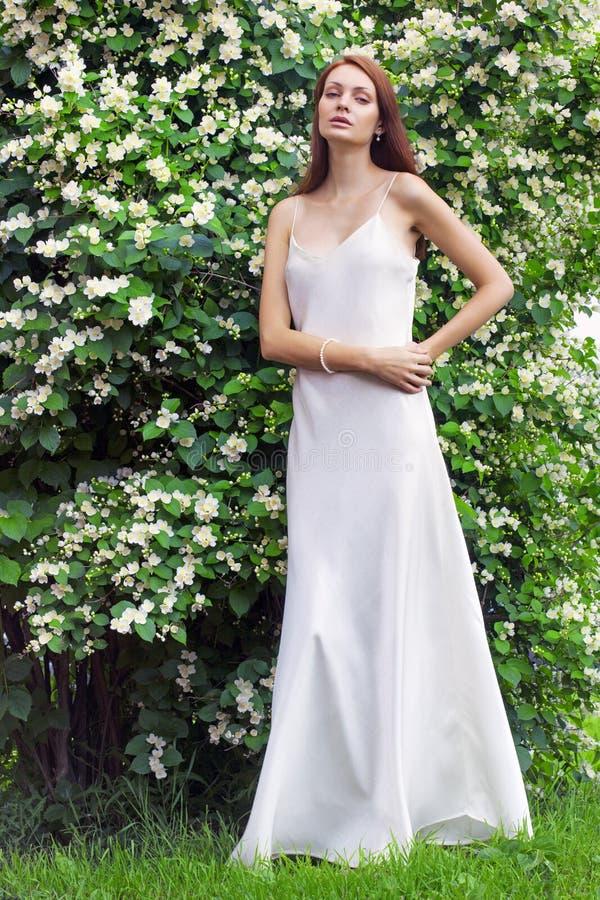 Härlig kvinna på trädgården royaltyfri fotografi