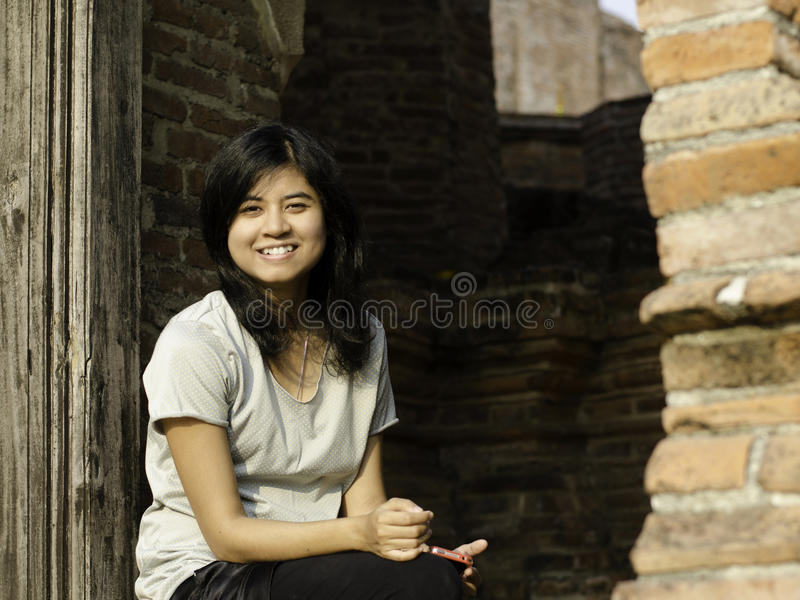 Härlig kvinna på Wat Maheyong Temple. Ayutthaya - Thailand royaltyfri foto