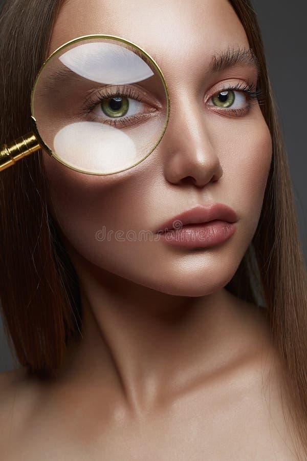 härlig kvinna skönhet isolerad ståendewhite Våt makeup fotografering för bildbyråer