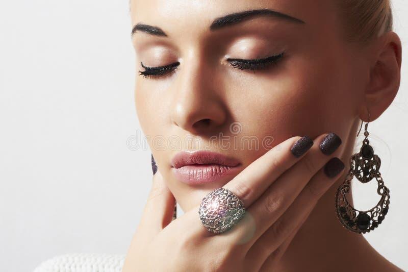 Härlig kvinna. Smycken- och Beauty.girl.ornamentation.liquid-sand manicure.hairless arkivfoton
