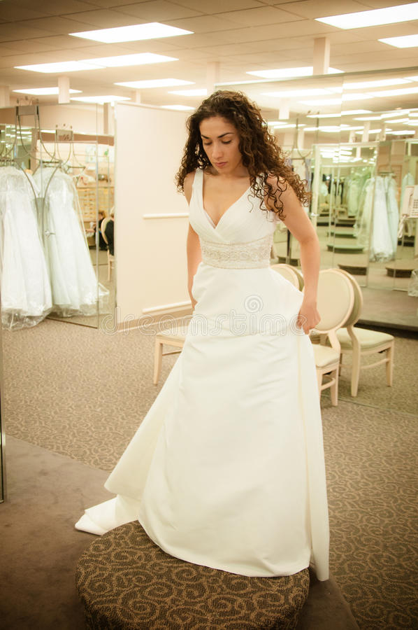 Pröva bröllopsklänning fotografering för bildbyråer