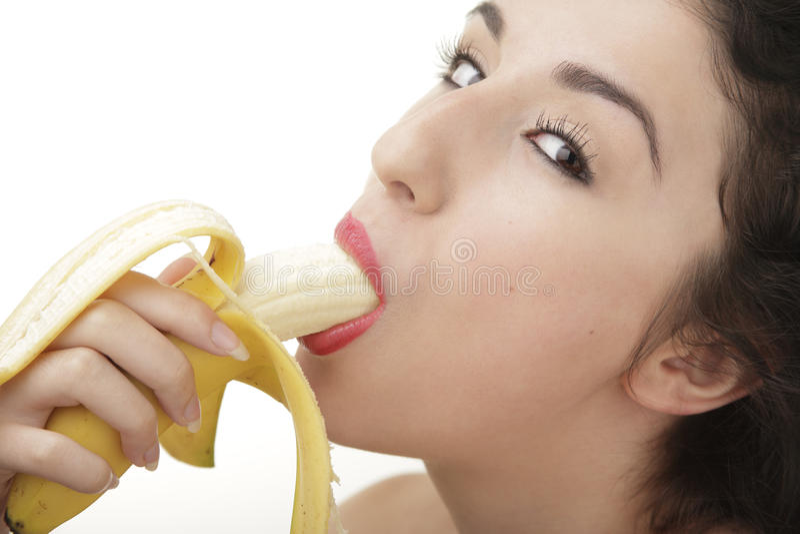 Härlig kvinna som äter bananen arkivfoto
