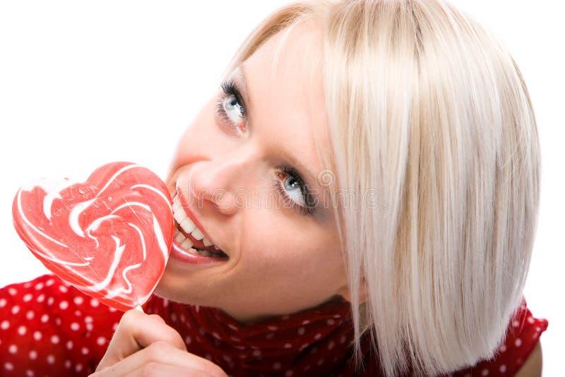 Härlig kvinna som äter enformad klubba royaltyfri bild