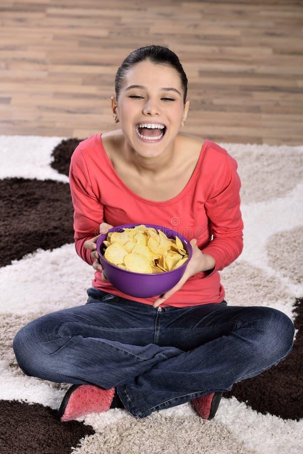 Download Härlig Kvinna Som äter Skräpmat Arkivfoto - Bild av baggies, inomhus: 37347100
