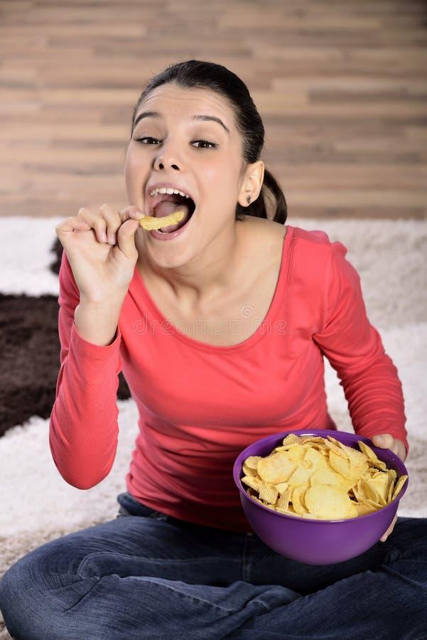 Download Härlig Kvinna Som äter Skräpmat Fotografering för Bildbyråer - Bild av flathet, gyckel: 37349291