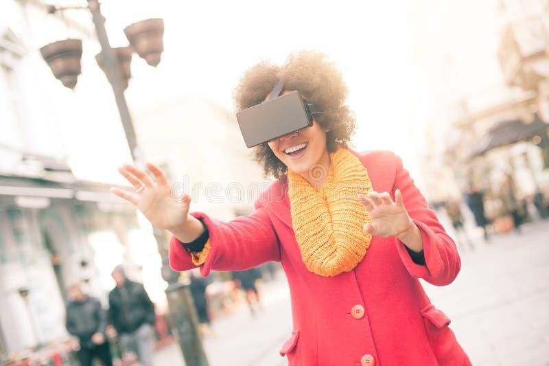 Härlig kvinna som använder tekniskt avancerade utomhus- virtuell verklighetexponeringsglas arkivfoton